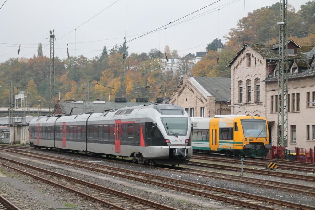 Ein FLIRT der Abellio und ein Regioshuttle der ODEG stehen abgestellt am 25.10.2015 im Bahnhof Siegen.