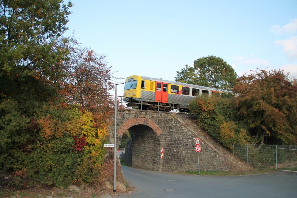 Ein VT2E der HLB überquert ein kleines Viadukt in Usingen auf der Taunusbahn, aufgenommen am 10.10.2015.