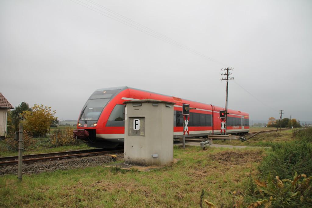 646 208 überquert einen Bahnübergang bei Wabern, aufgenommen am 25.10.2015.