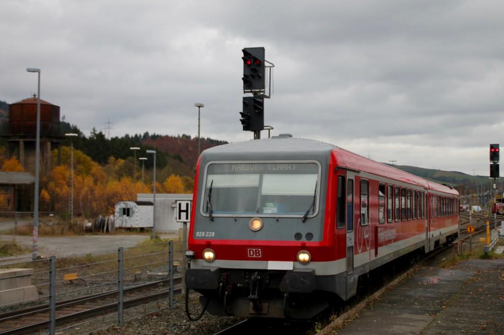 628 228 rangierte am 07.11.2015 im Bahnhof Bestwig.