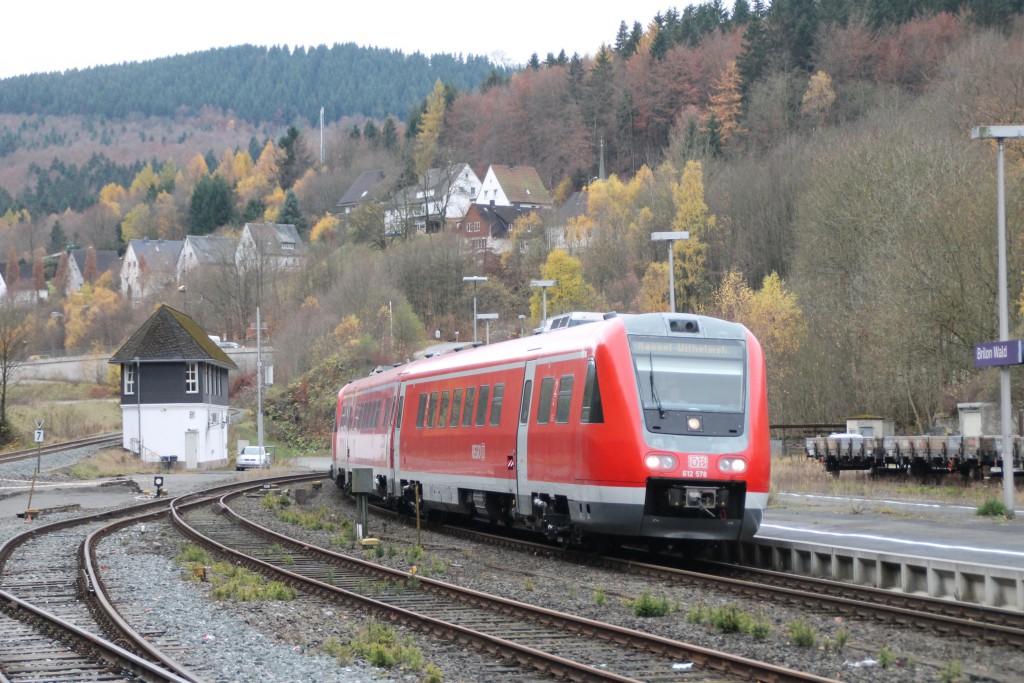 612 078 fährt am 07.11.2015 in den Bahnhof Brilon Wald ein.