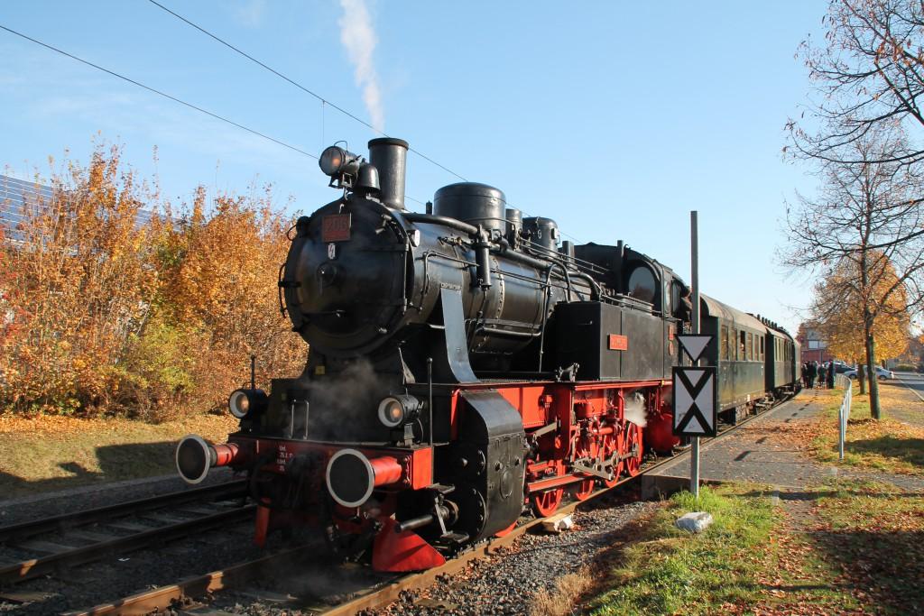 206 des Hessencourier hält am 01.11.2015 im Bahnhof Baunatal-Großenritte.