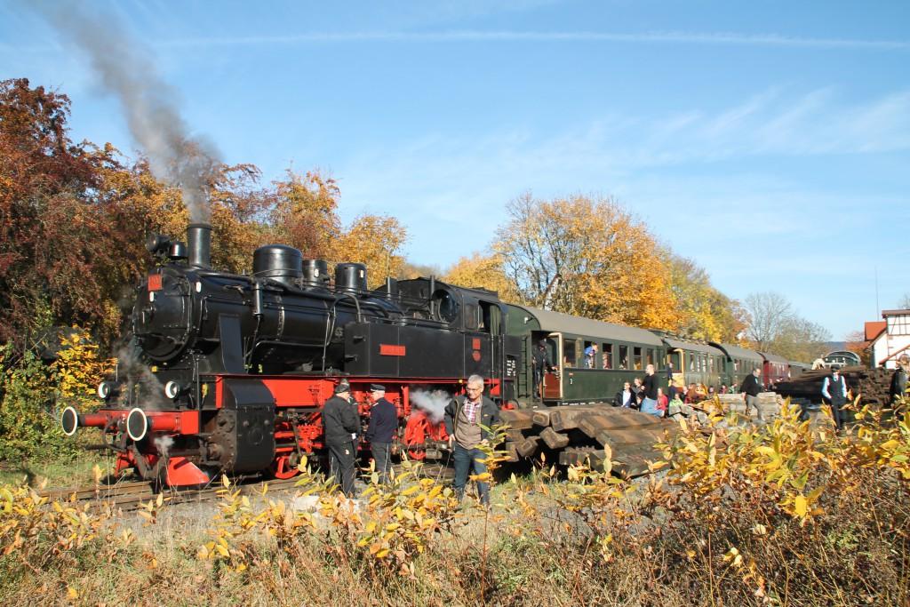 206 des Hessencourier hält am 01.11.2015 im Bahnhof Hoof.