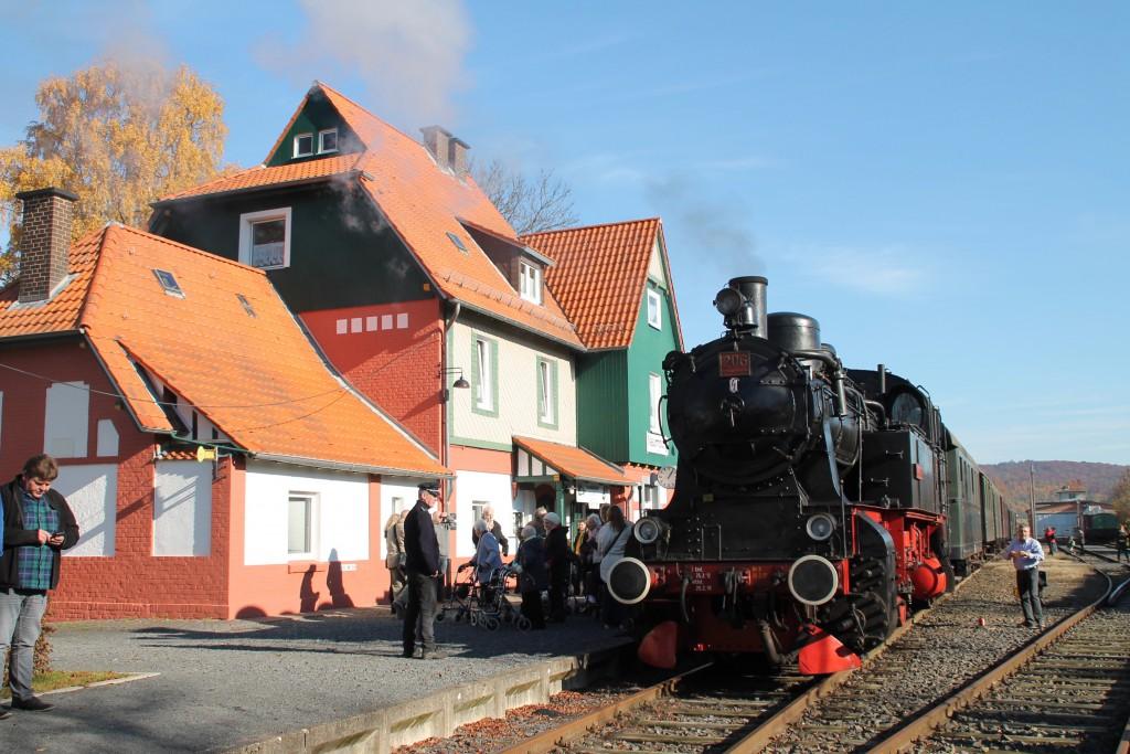 206 des Hessencourier ist nach ihrer Sonderfahrt am Streckenendpunkt in Naumburg angekommen, aufgenommen am 01.11.2015.