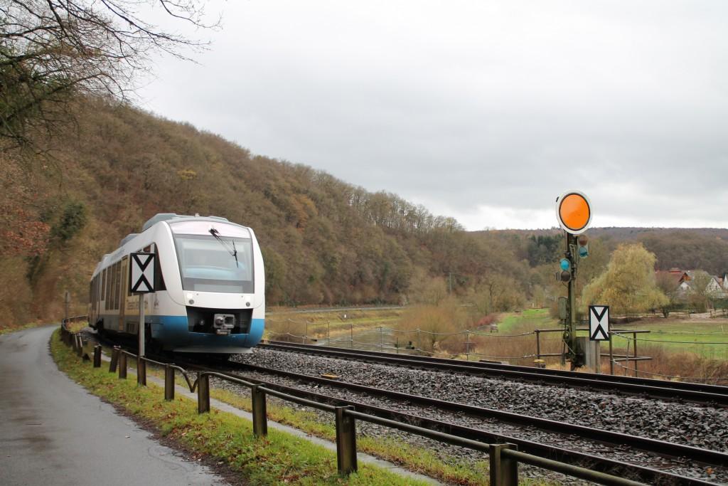 """Ein LINT der """"Ostseeland-Verkehr GmbH"""" durchfährt am 29.11.2015, im Auftrag der HLB, die große Kurve in Aumenau auf der Lahntalbahn."""