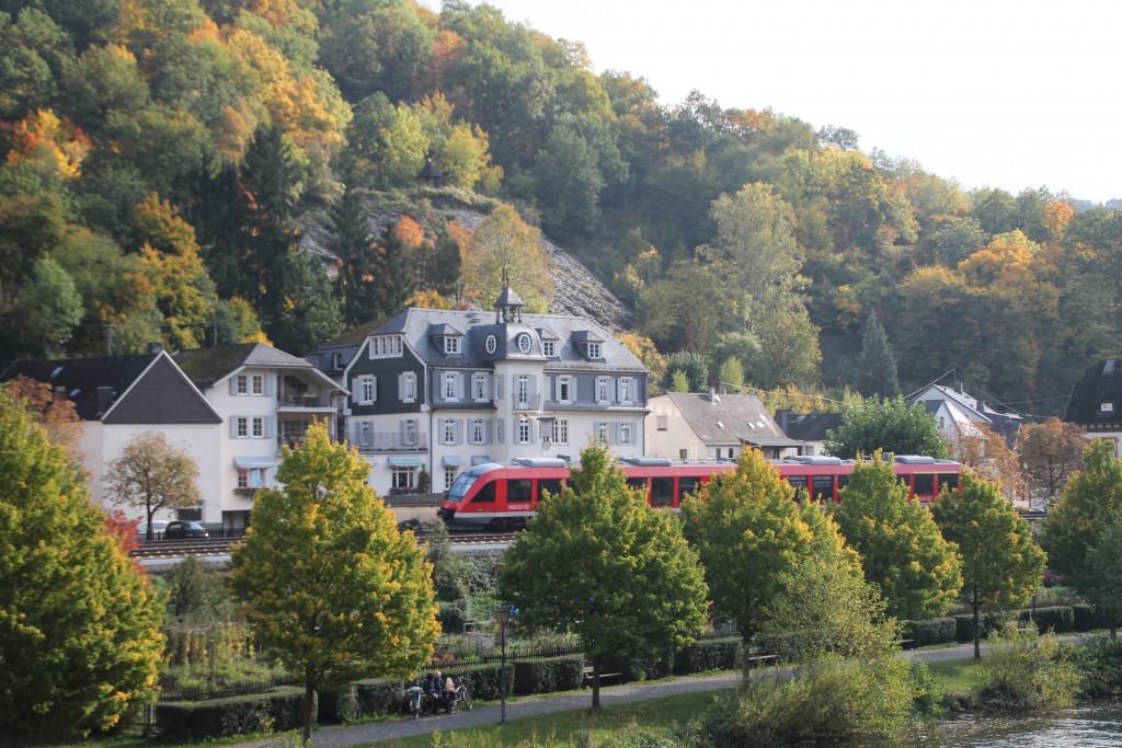 Ein LINT der DB durchquert das herbstliche Balduinstein auf der Lahntalbahn, aufgenommen am 10.10.2015.