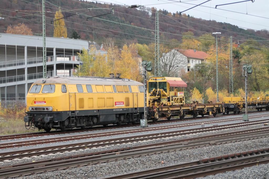 Im Bahnhof Marburg steht am 07.11.2015 218 305 mit einem Bauzug und wartet auf ihren nächsten Einsatz.