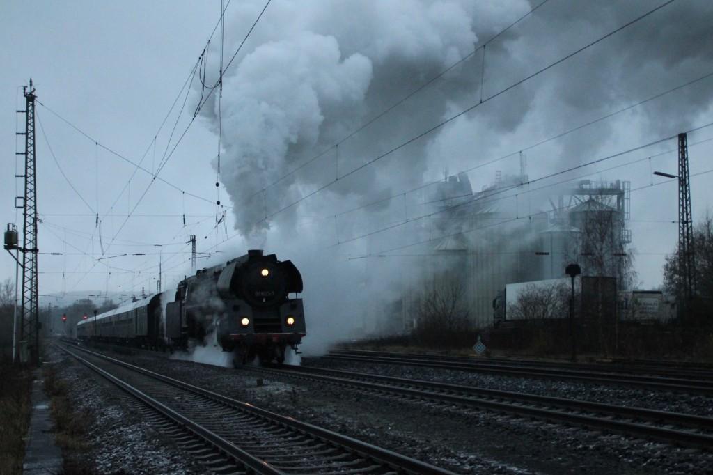 01 1533 verlässt am 28.11.2015 den Bahnhof Niederwalgern mit ihrem Sonderzug der Eisenbahnfreunde Treysa.