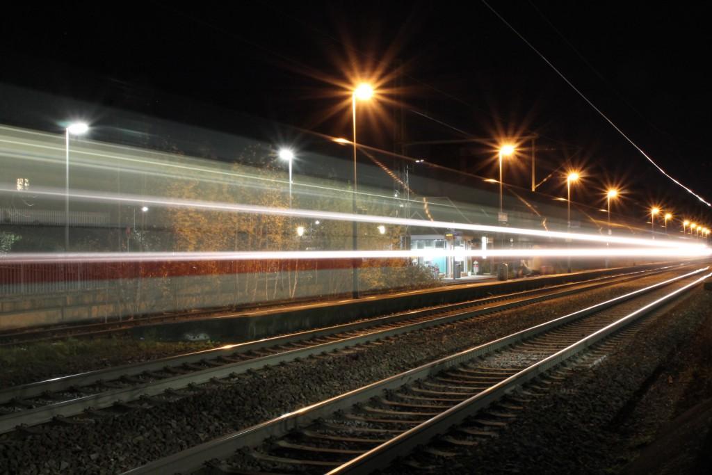 Am 28.11.2015 rast ein IC durch Großen-Linden auf der Main-Weser-Bahn.