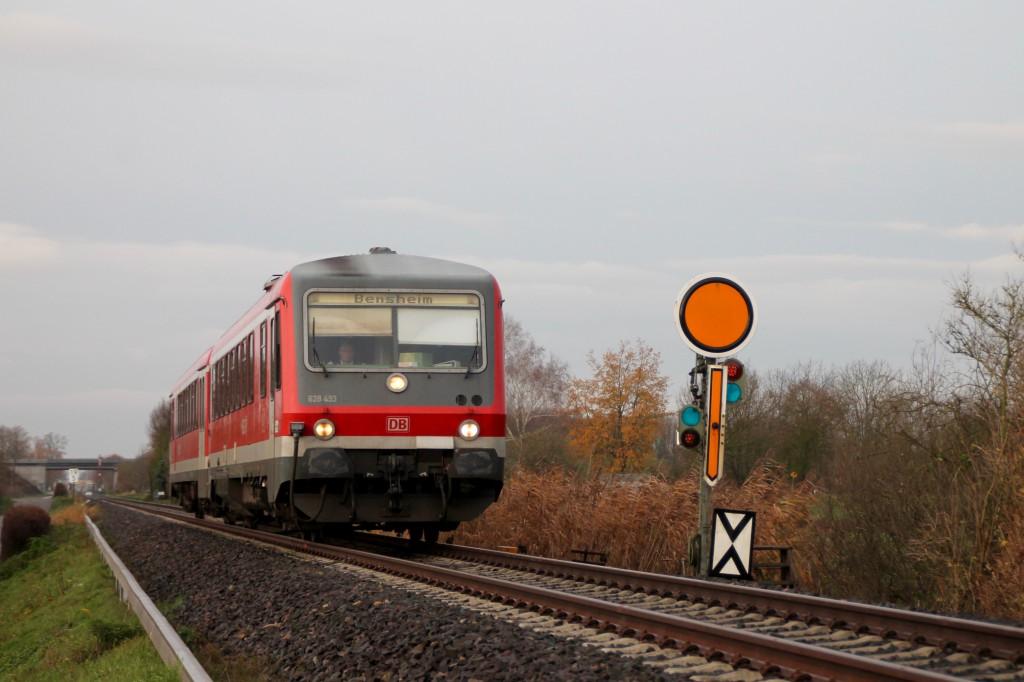 628 493 hat soeben das Einfahr-Vorsignal von Lorsch aus Richtung Bensheim erreicht, aufgenommen am 21.11.2015.
