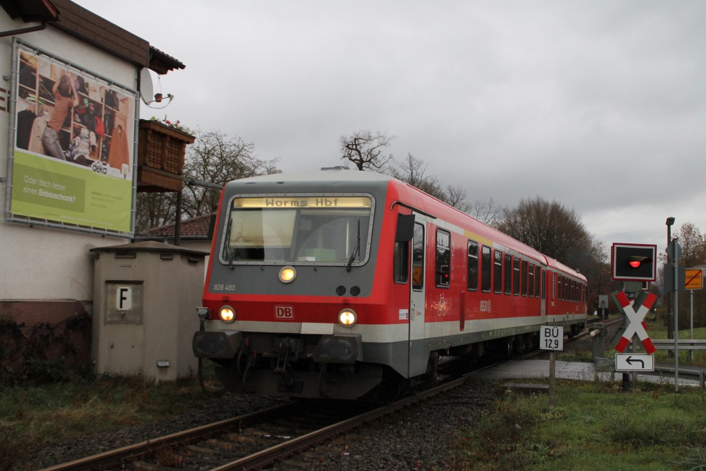 628 493 verlässt soeben den Haltepunkt Riedrode auf der Niebelungenbahn, aufgenommen am 21.11.2015.