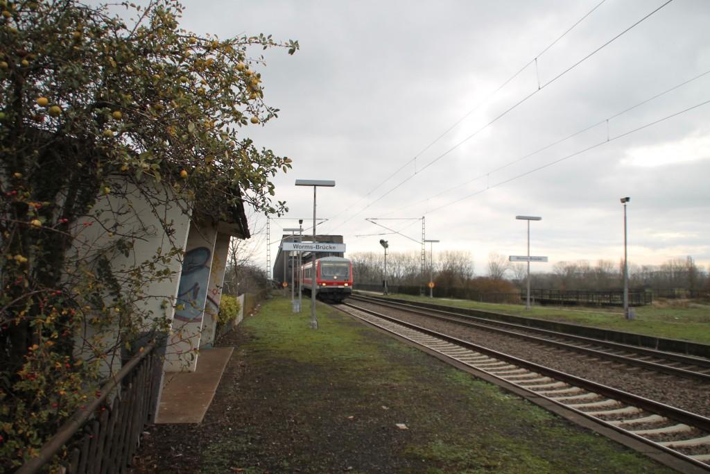 628 493 durchfährt am 21.11.2015 den stillgelegten Haltepunkt Worms-Brücke.