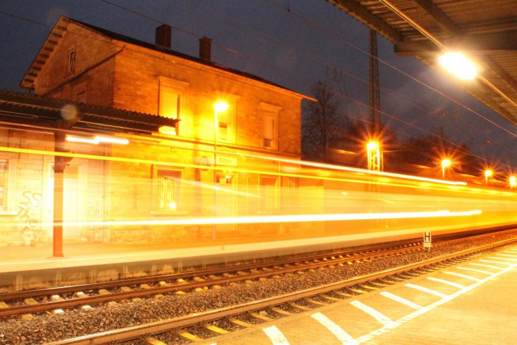 Ein Triebwagen der Baureihe 425 fährt am Abend des 21.11.2015 in den Bahnhof Biblis ein, aufgenommen am 21.11.2015.