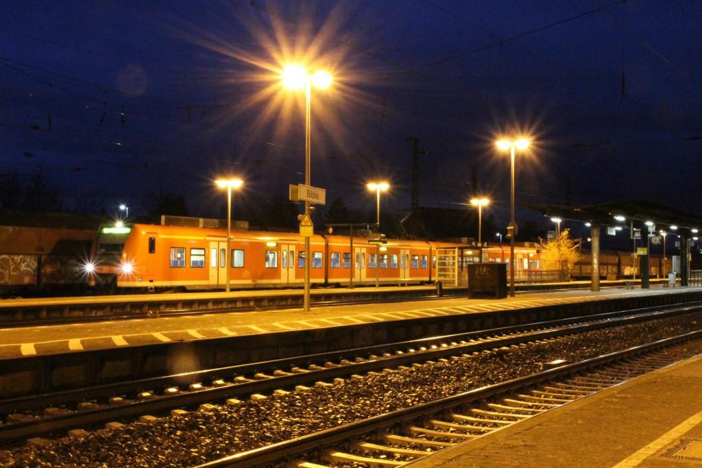 Am späten Abend des 21.11.2015 wartet ein Triebwagen der Baureihe 425 im Bahnhof Biblis auf die Abfahrt.