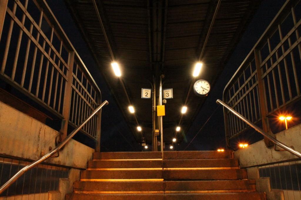 Ruhe herrscht auf dem Bahnsteig im Bahnhof Biblis, aufgenommen am 21.11.2015.