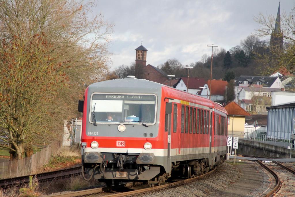 628 226 verlässt den Bahnhof Frankenberg in Richtung Marburg, aufgenommen am 28.11.2015.
