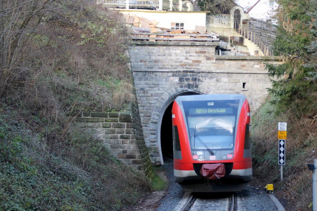 Ein GTW der Kurhessenbahn verschwindet im kleinen Ittertunnel auf der Burgwaldbahn, aufgenommen am 28.11.2015.