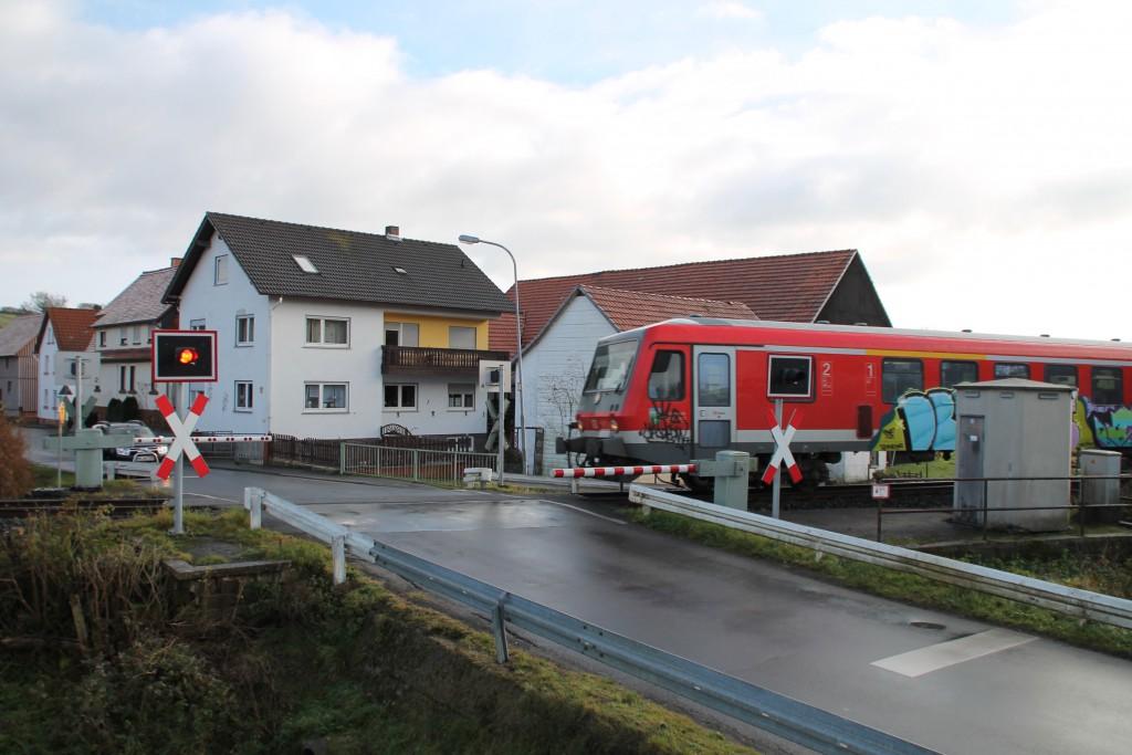 Im kleinen Ort Niederwetter überquert 628 250 den innerörtlichen Bahnübergang, aufgenommen am 28.11.2015.
