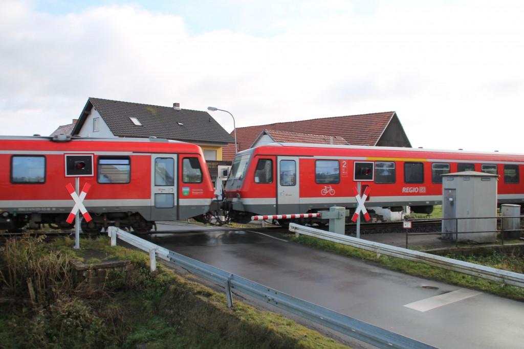 Im kleinen Ort Niederwetter überqueren Zwei Triebwagen der Baureihe 628 den innerörtlichen Bahnübergang, aufgenommen am 28.11.2015.