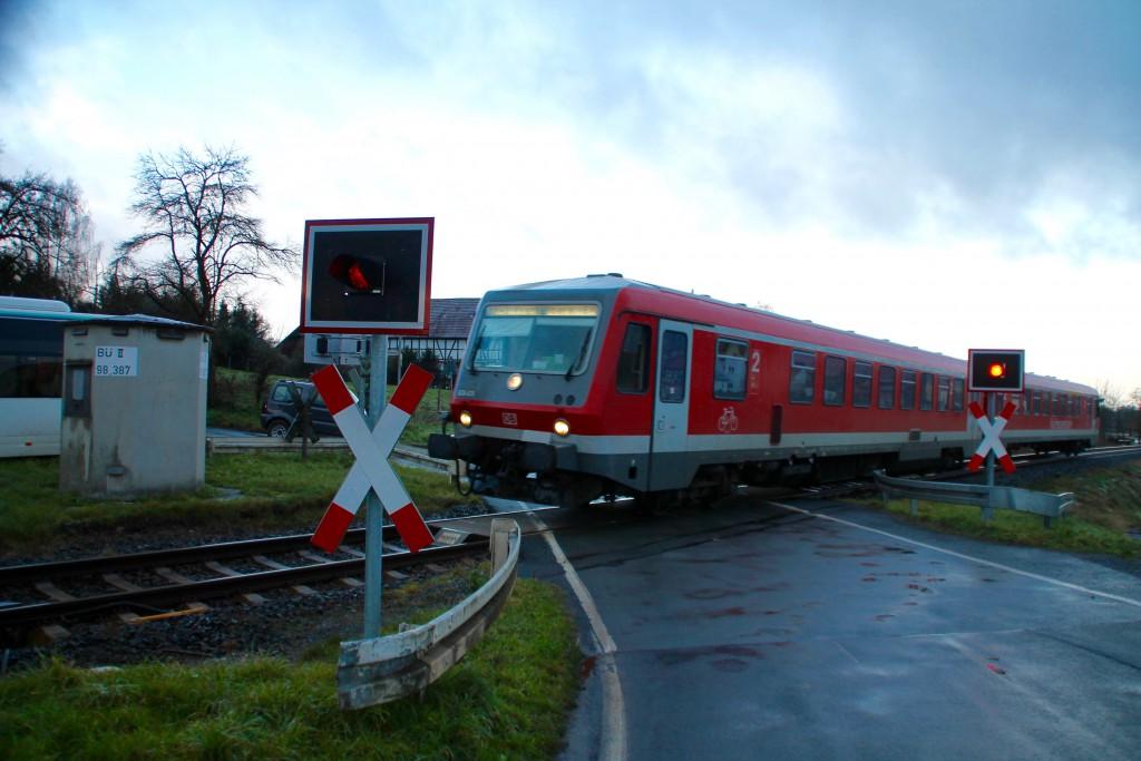 628 429 überquert einen Bahnübergang bei Niederwetter auf der Burgwaldbahn, aufgenommen am 28.11.2015.