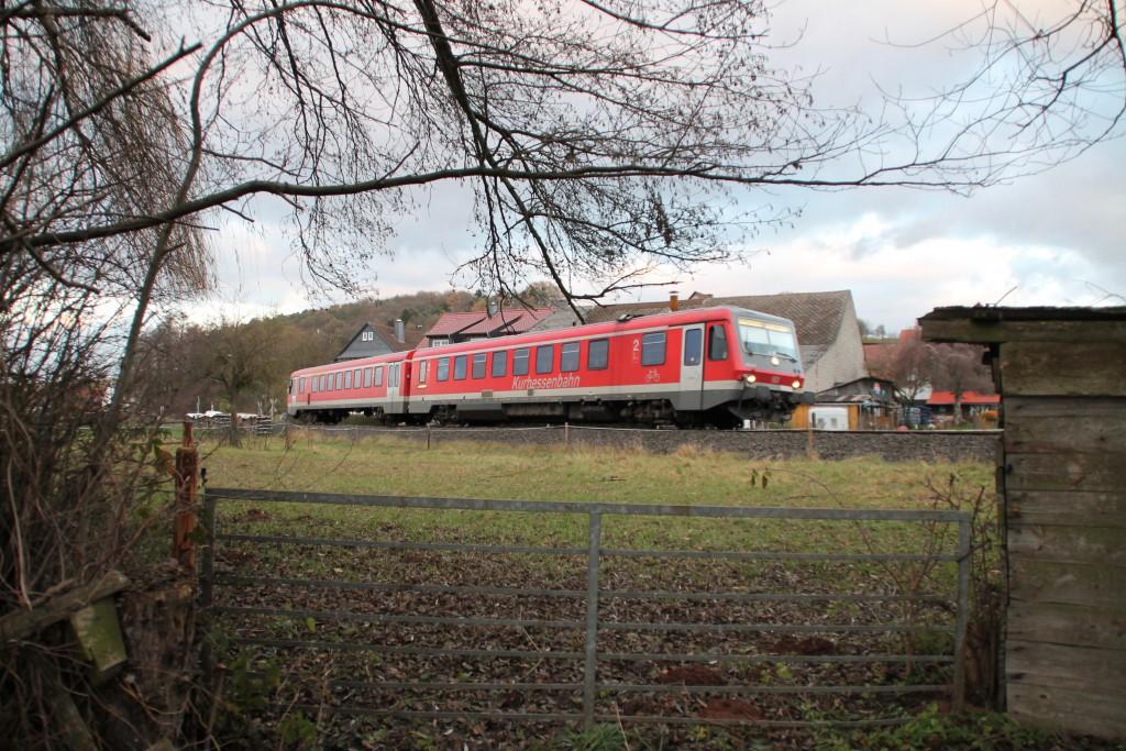 628 426 bei einer Viehweide bei Todenhausen auf der Burgwaldbahn, aufgenommen am 28.11.2015.