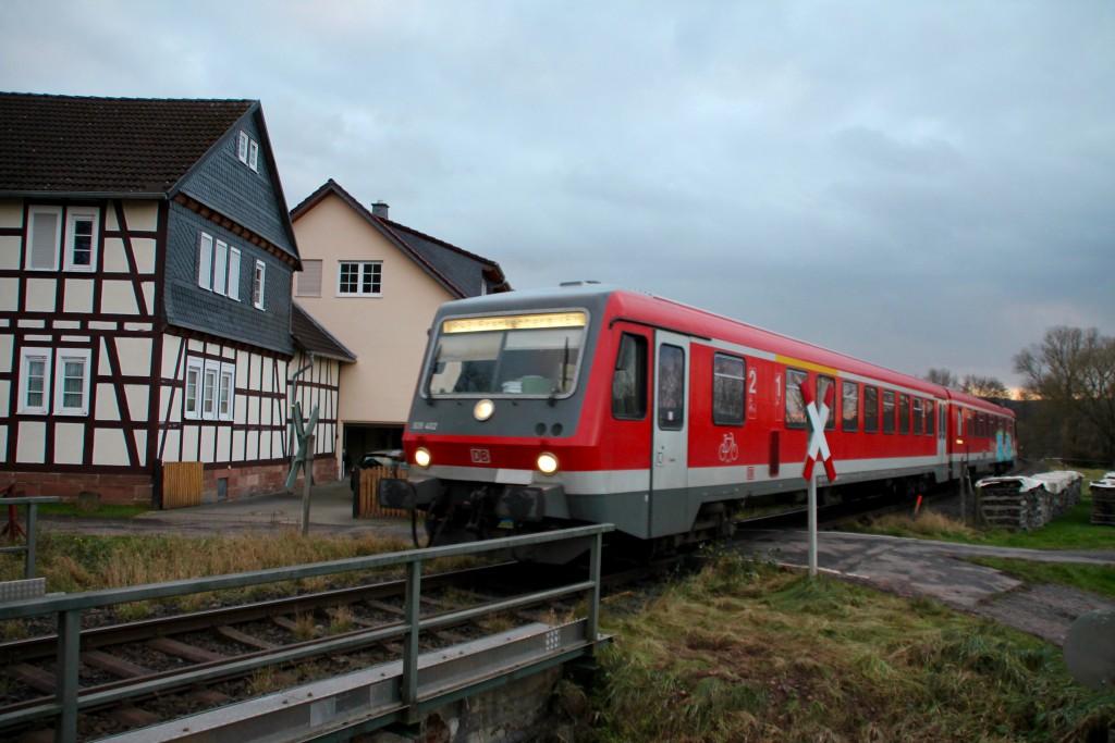 628 412 durchquert den Ort Todenhausen auf der Burgwaldbahn, aufgenommen am 28.11.2015.
