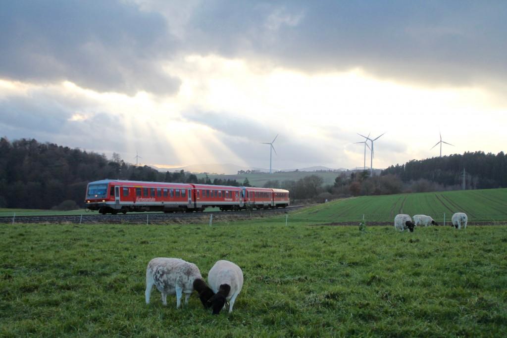 Zwei Triebwagen der Baureihe 628 durchqueren die Felder bei Wiesenfeld auf der Burgwaldbahn, aufgenommen am 28.11.2015.