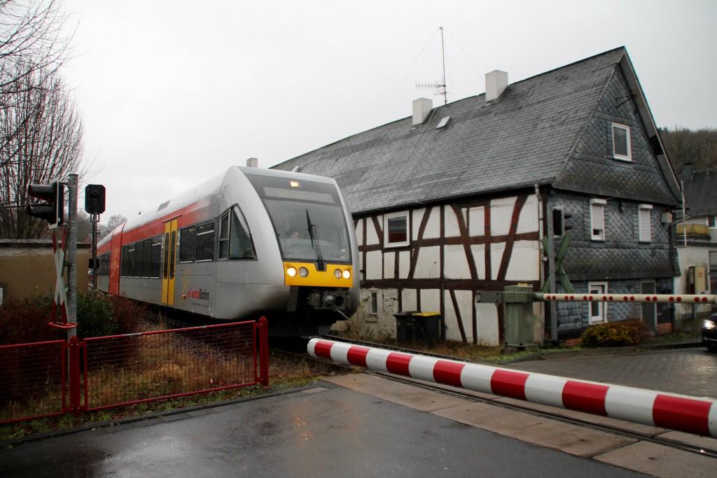 Ein GTW überquert den Bahnübergang in Biersdorf auf der Daadetalbahn, aufgenommen am 29.11.2015.