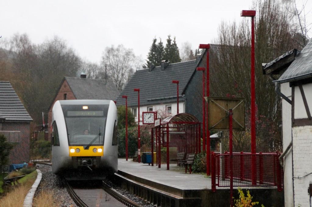 Ein GTW hält am Biersdorf Niederdreisbach auf der Daadetalbahn, aufgenommen am 29.11.2015.