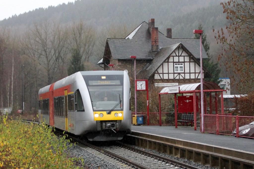 Ein GTW hält am Haltepunkt Niederdreisbach auf der Daadetalbahn, aufgenommen am 29.11.2015.
