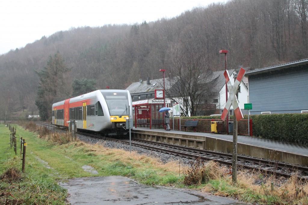Ein GTW am Haltepunkt Schutzbach auf der Daadetalbahn, aufgenommen am 29.11.2015.