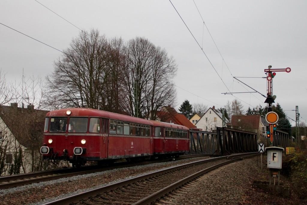 996 677 und 798 829 verlassen den Bahnhof Gießen-Bergwald in Richtung Dutenhofen, aufgenommen am 12.12.2015.