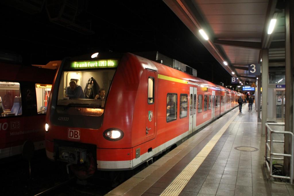 Als Ersatz für eine Zug aus Doppelstockwagen kam am 17.12.2015 425 033 mit einem 426 nach Gießen.