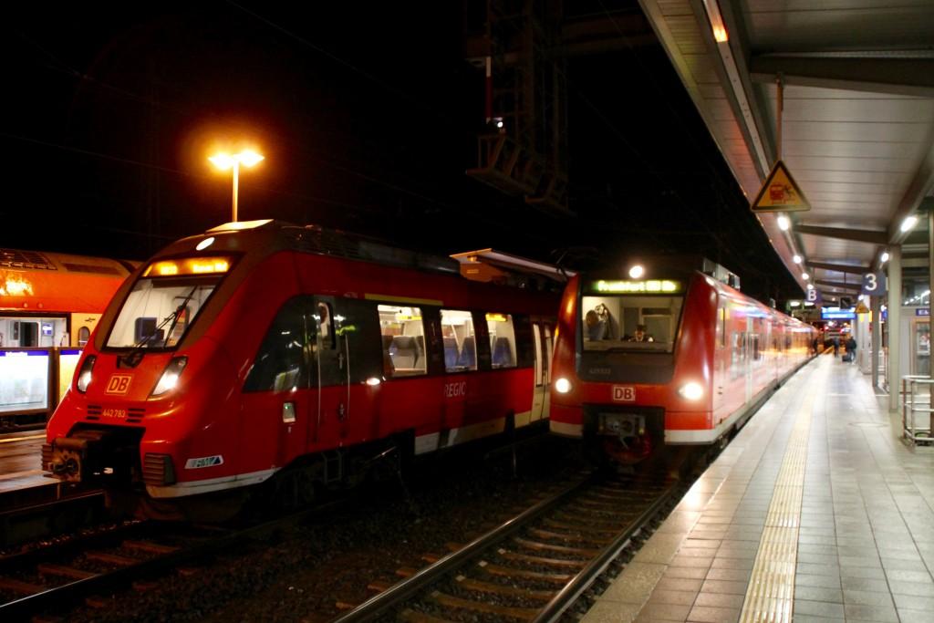 442 283 und 425 033 stehen am 17.12.2015 nebeneinander in Gießen.
