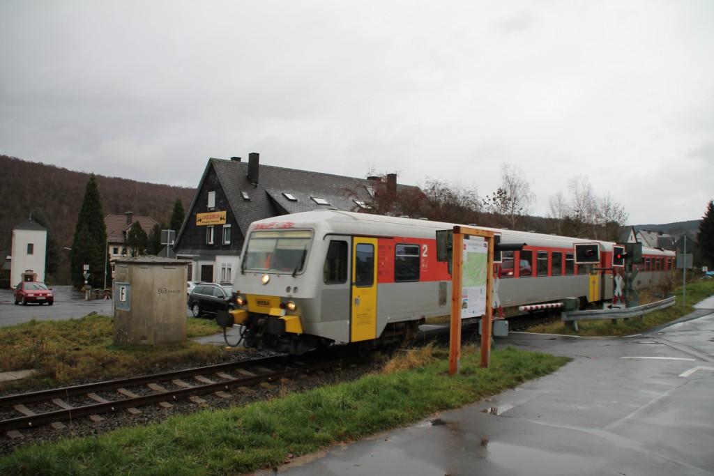 628 051 überquert einen Bahnübergang in Burbach auf der Hellertalbahn, aufgenommen am 29.11.2015.