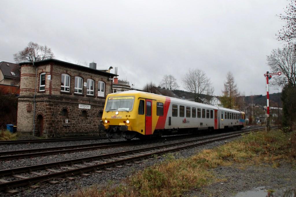 629 072 am Stellwerk Hf im Bahnhof Herdorf auf der Hellertalbahn, aufgenommen am 29.11.2015.