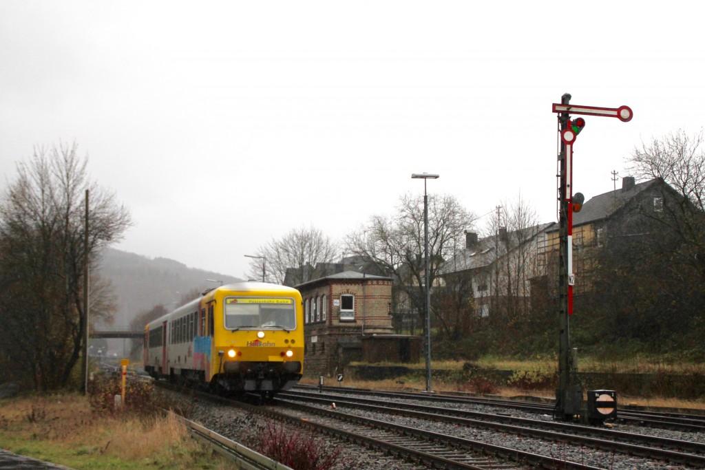 629 072 der HLB am Stellwerk Ho im Bahnhof Herdorf, aufgenommen am 29.11.2015.