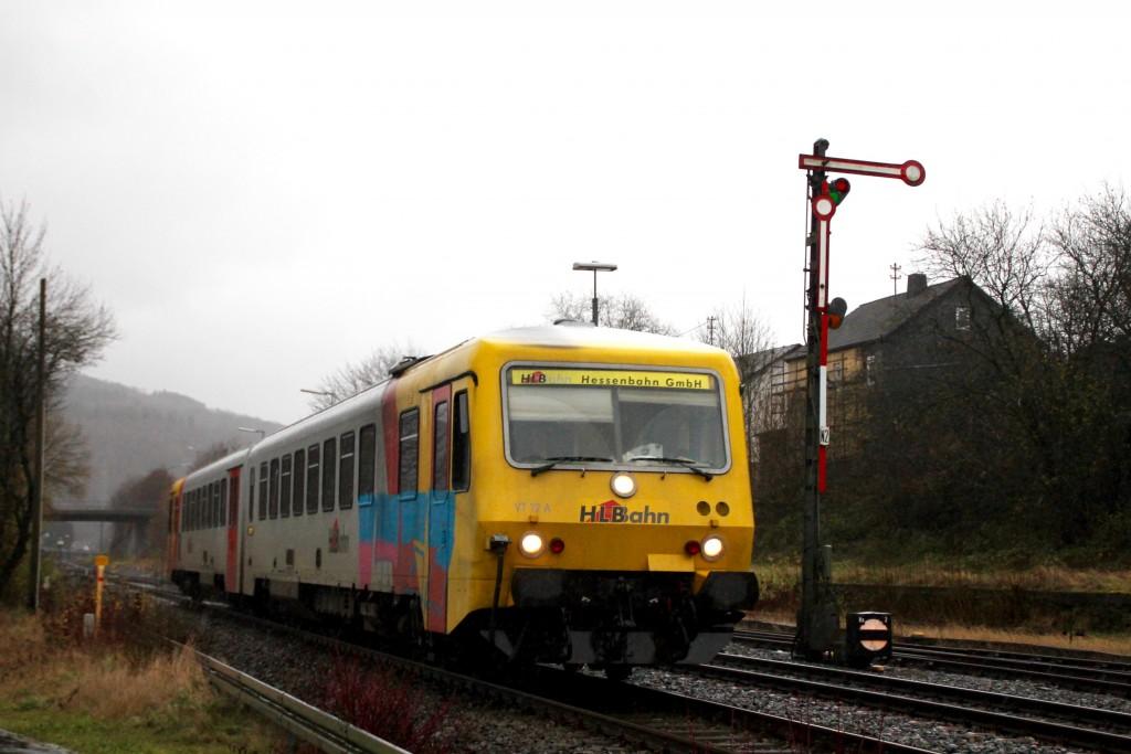 629 072 neben dem Signal N2 im Bahnhof Herdorf auf der Hellertalbahn, aufgenommen am 29.11.2015.