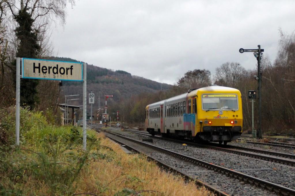 629 072 der HLB fährt in den Bahnhof Herdorf auf der Hellertalbahn ein, aufgenommen am 29.11.2015.