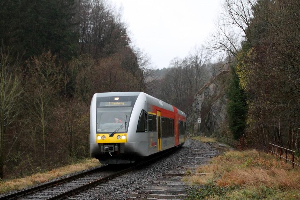 Ein GTW verlässt die Felsen am Haltepunkt Königsstollen auf der Hellertalbahn, aufgenommen am 29.11.2015.