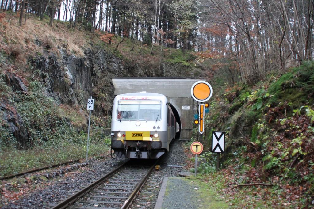 628 051 verlässt den Herdorfer Tunnel auf der Hellertalbahn, aufgenommen am 29.11.2015.