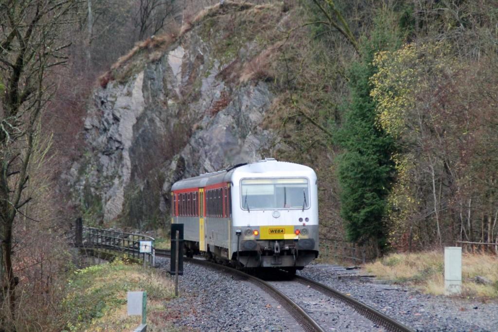 628 051 verschwindet zwischen den Felsen am Haltepunkt Königsstollen auf der Hellertalbahn, aufgenommen am 29.11.2015.