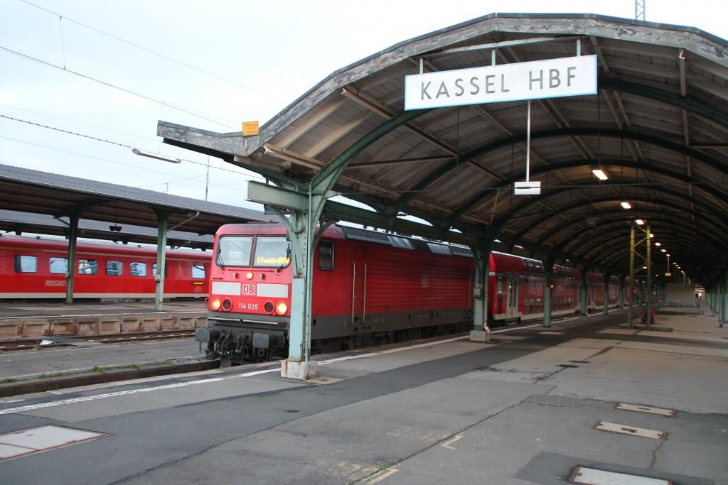 114 029 mit ihrem Regionalexpress nach Frankfurt im Kasseler Hauptbahnhof, aufgenommen am 19.12.2015.