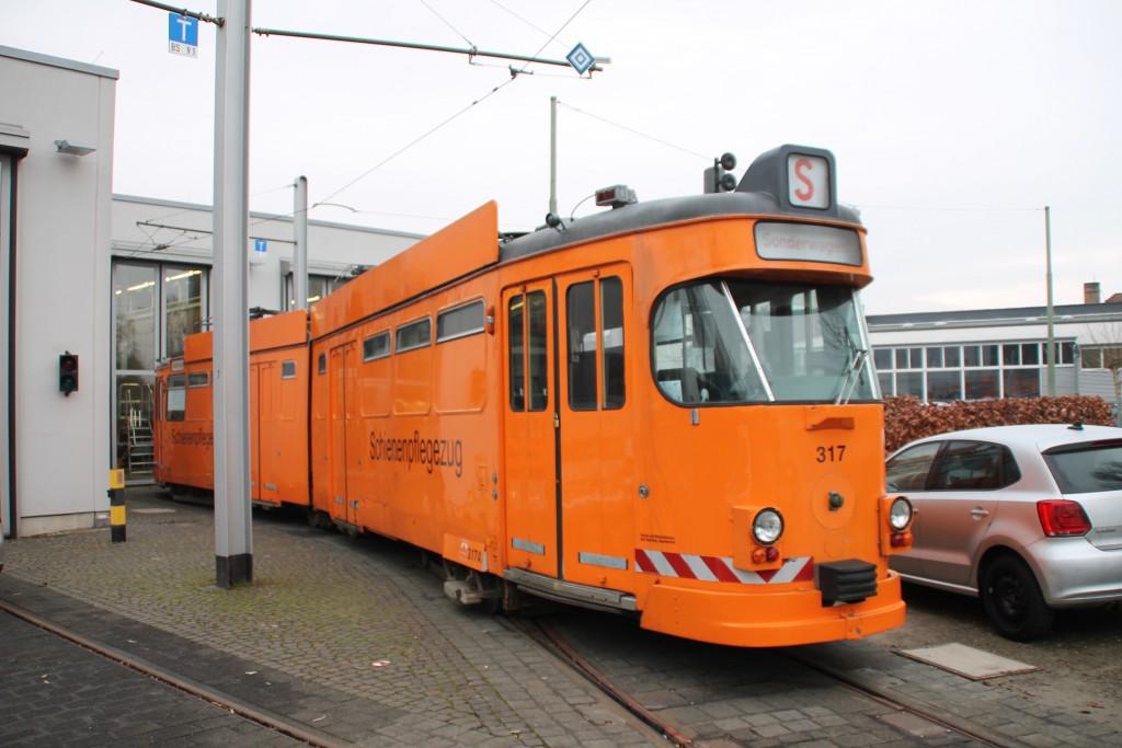 Der Schienenpflegezug der Kasseler Strassenbahn vor dem Betriebshof der KVG, aufgenommen am 16.12.2015.