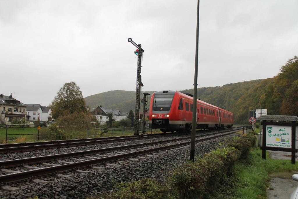 612 054 passiert das Einfahrsignal von Aumenau auf der Lahntalbahn, aufgenommen am 22.10.2014.