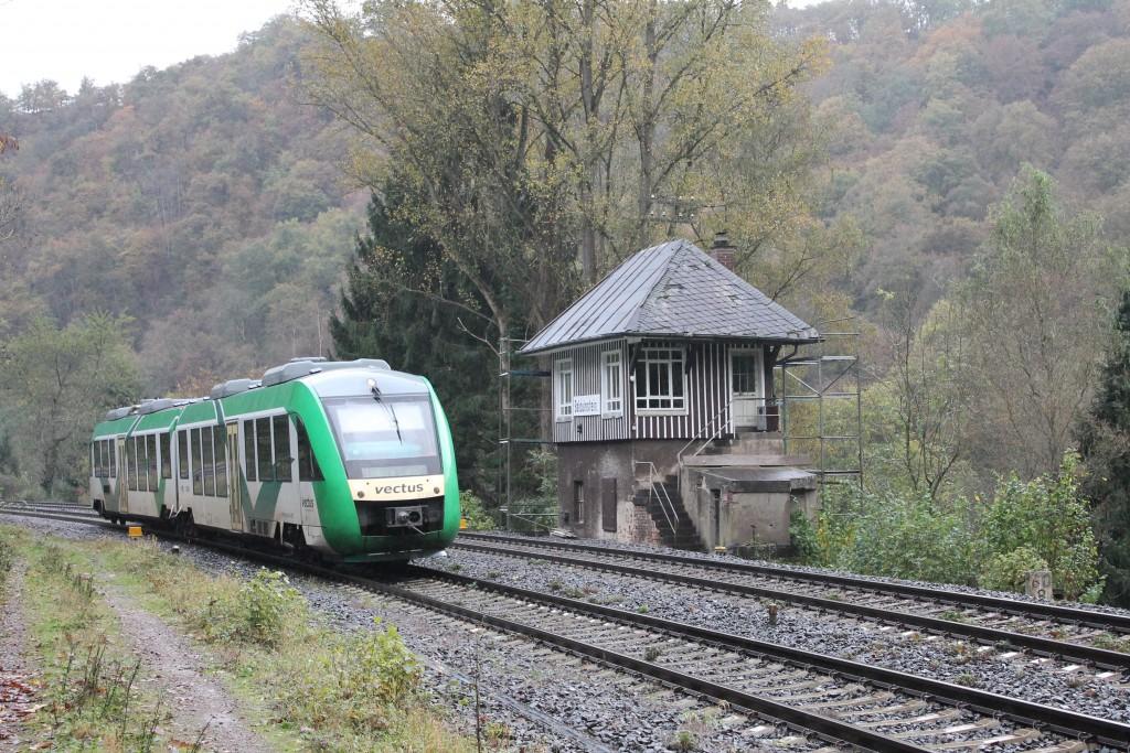 Ein LINT der VECTUS am Stellwerk Bo im Bahnhof Balduinstein auf der Lahntalbahn, aufgenommen am 22.10.2014.