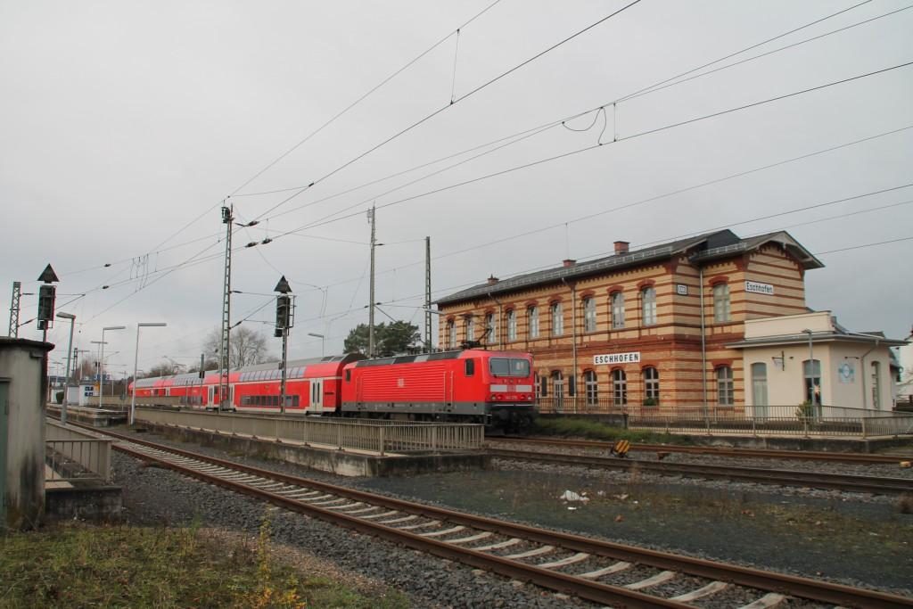 143 270 mit ihrem Zug aus Doppelstockwagen steht im Bahnhof Eschhofen, aufgenommen am 13.12.2015.