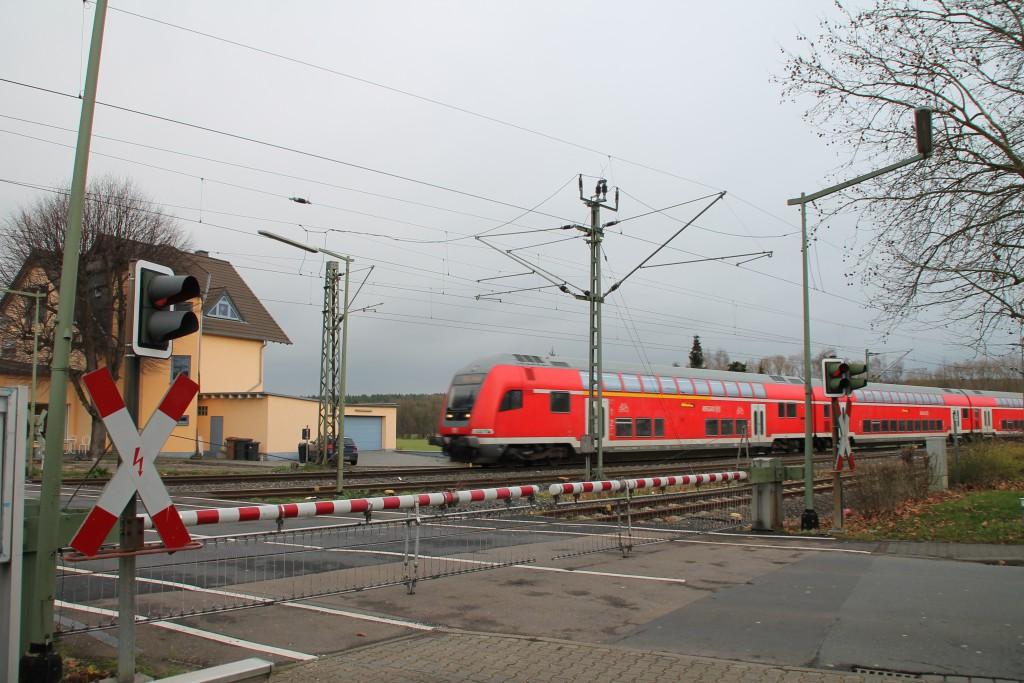 Ein Doppelstocksteuerwagen überquert den Bahnübergang in Eschhofen, aufgenommen am 13.12.2015.