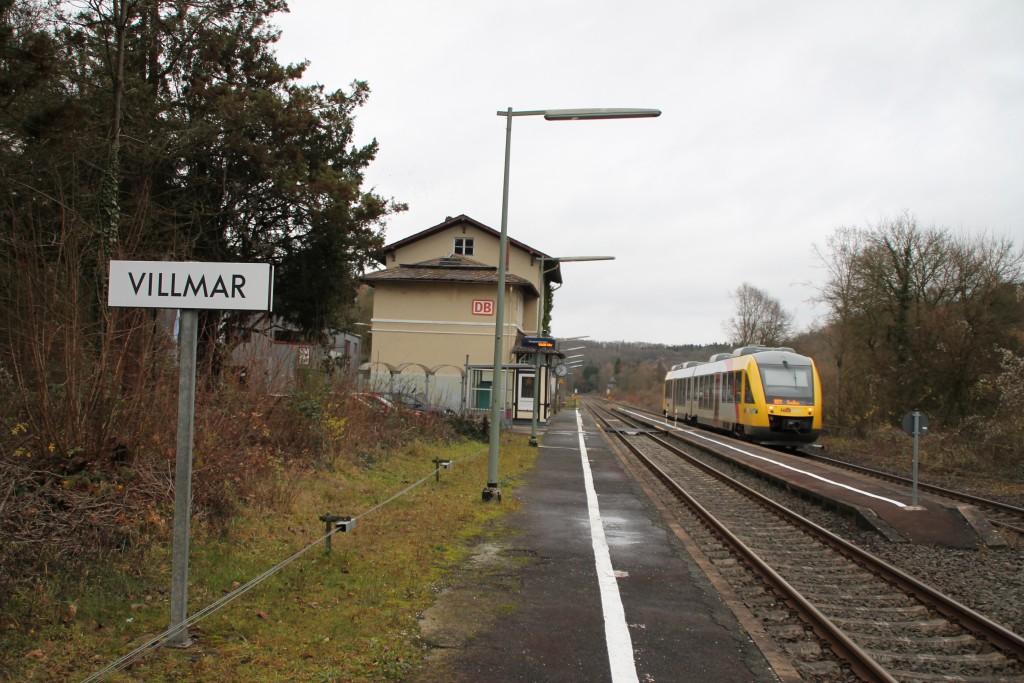 Ein LINT der HLB hält am Haltepunkt Villmar, aufgenommen am 13.12.2015.