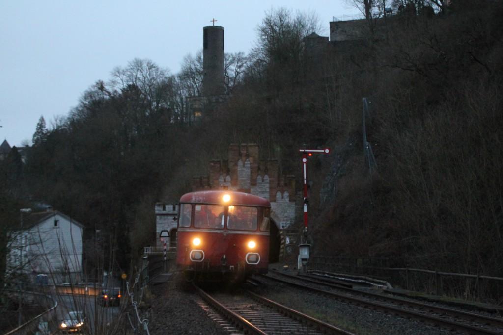 996 677 und 798 829 verlassen den Weilburg Tunnel in Richtung Limburg, aufgenommen am 12.12.2015.